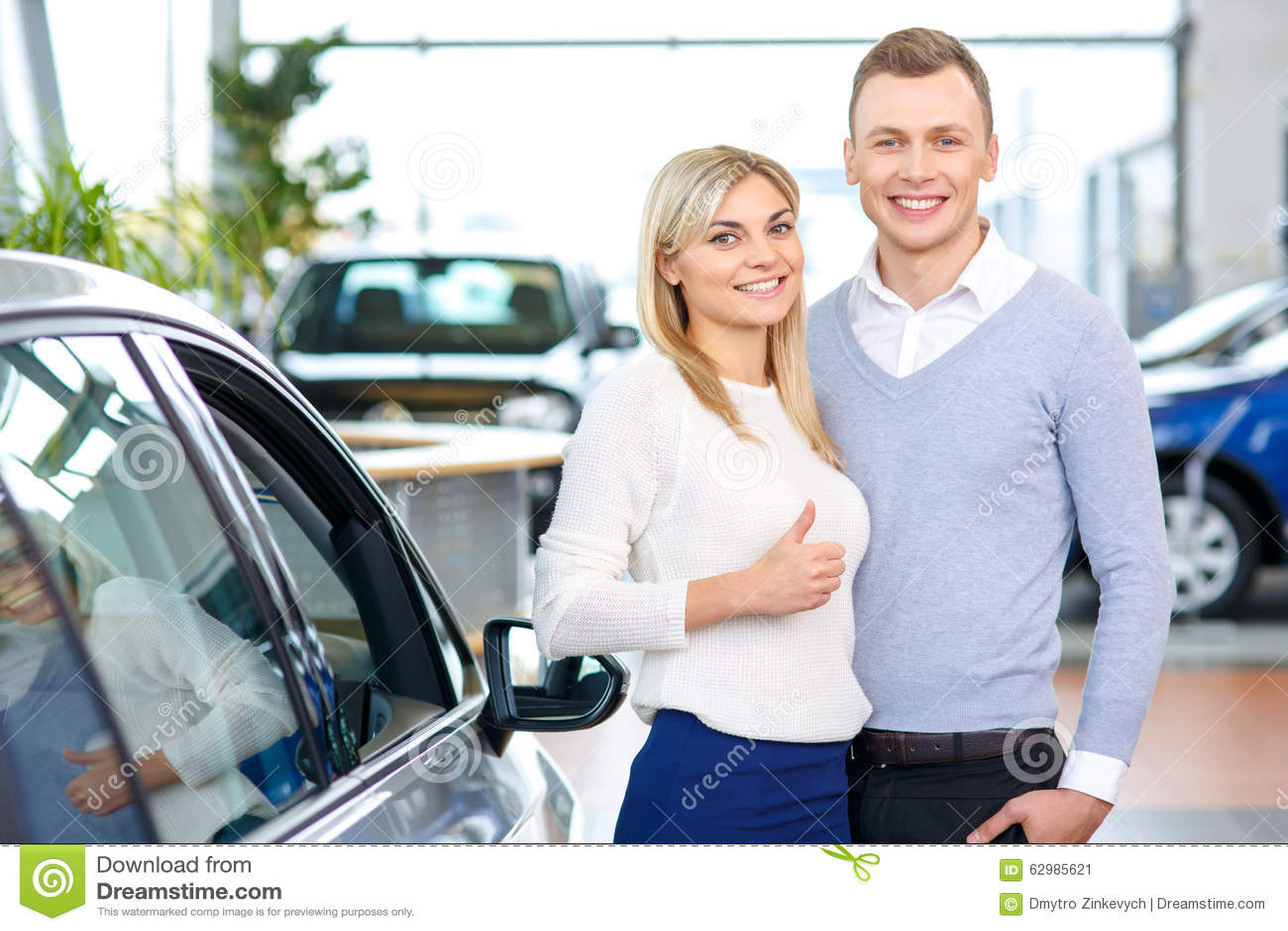 couples heureux allant acheter une voiture photo stock image 62985621. Black Bedroom Furniture Sets. Home Design Ideas