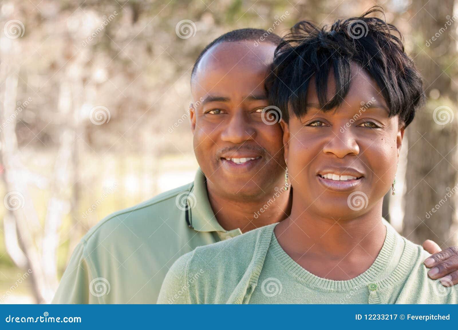 Couples heureux attrayants d Afro-américain