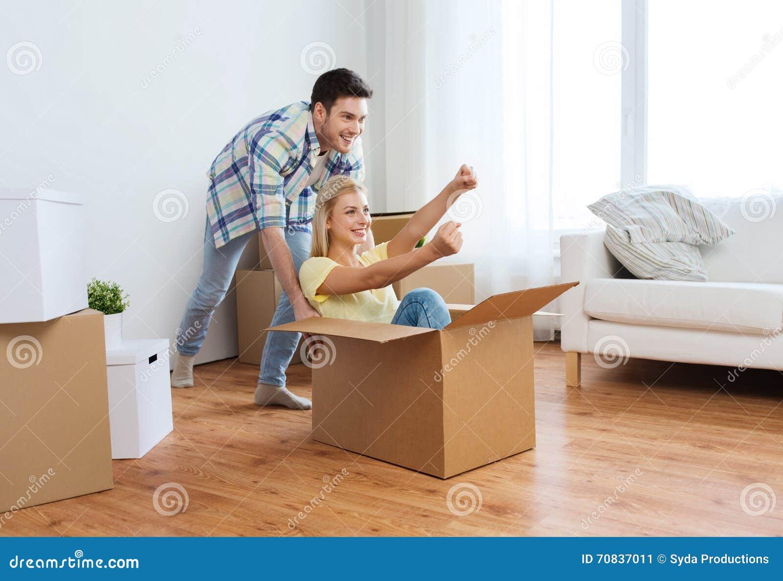 Couples heureux ayant l 39 amusement avec des bo tes la for Www conception de la nouvelle maison