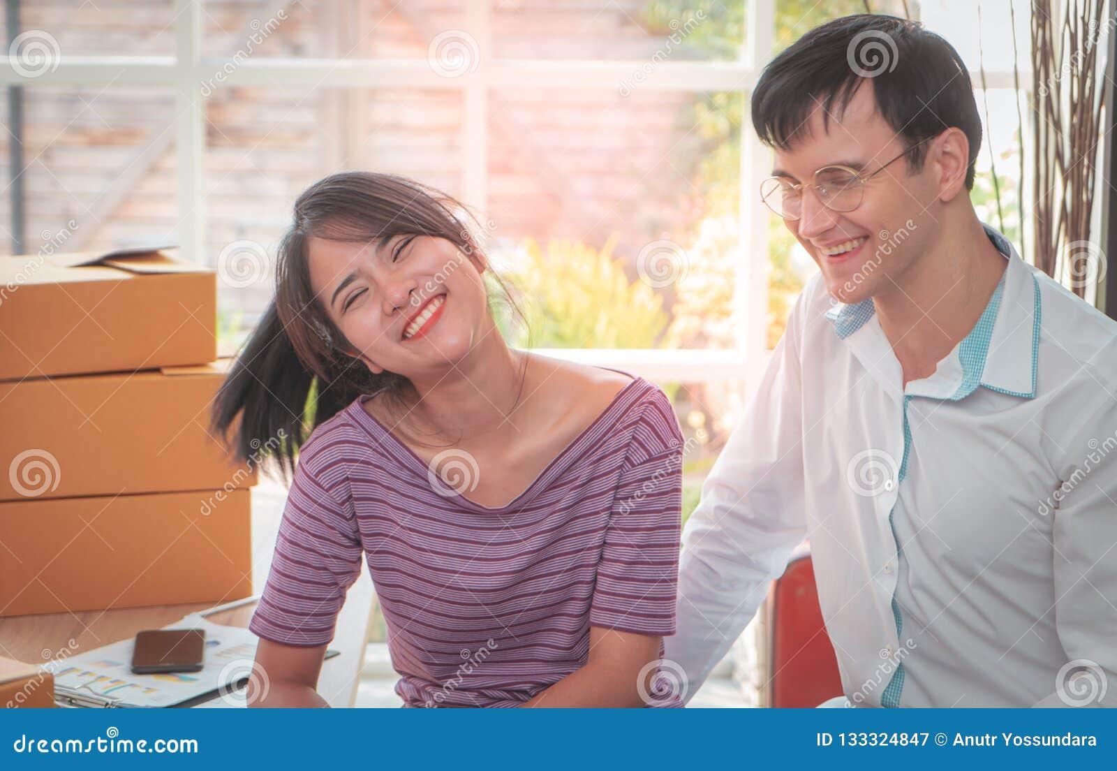 Couples heureux d affaires fonctionnant ensemble à la maison