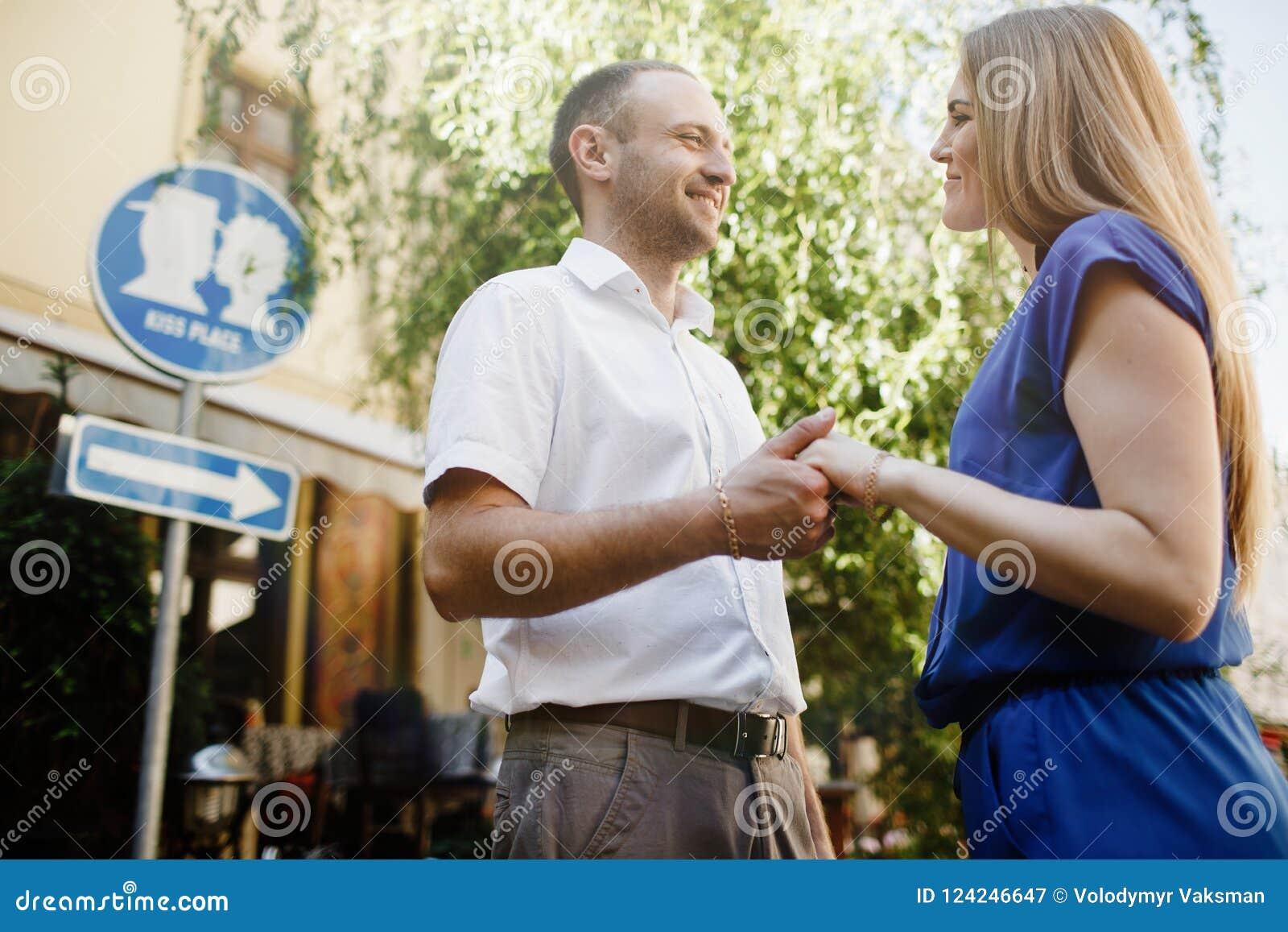 Couples heureux dans l amour étreignant et embrassant sur la vieille ville de rue