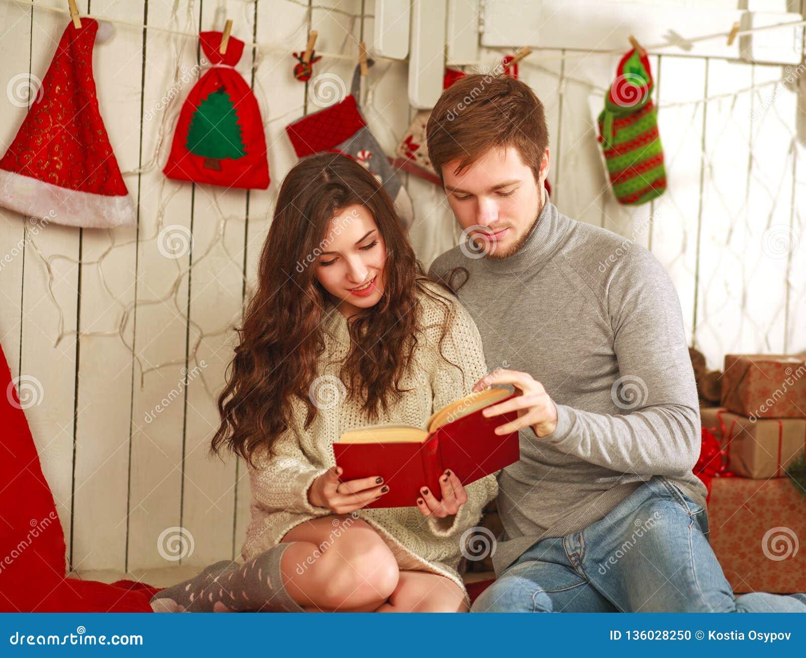 Couples Heureux Dans L\'amour Dans Le Livre De Lecture De Maison De ...