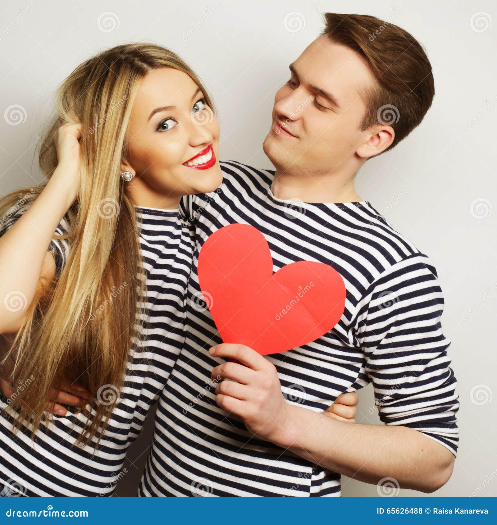 Couples heureux dans l amour tenant le coeur rouge