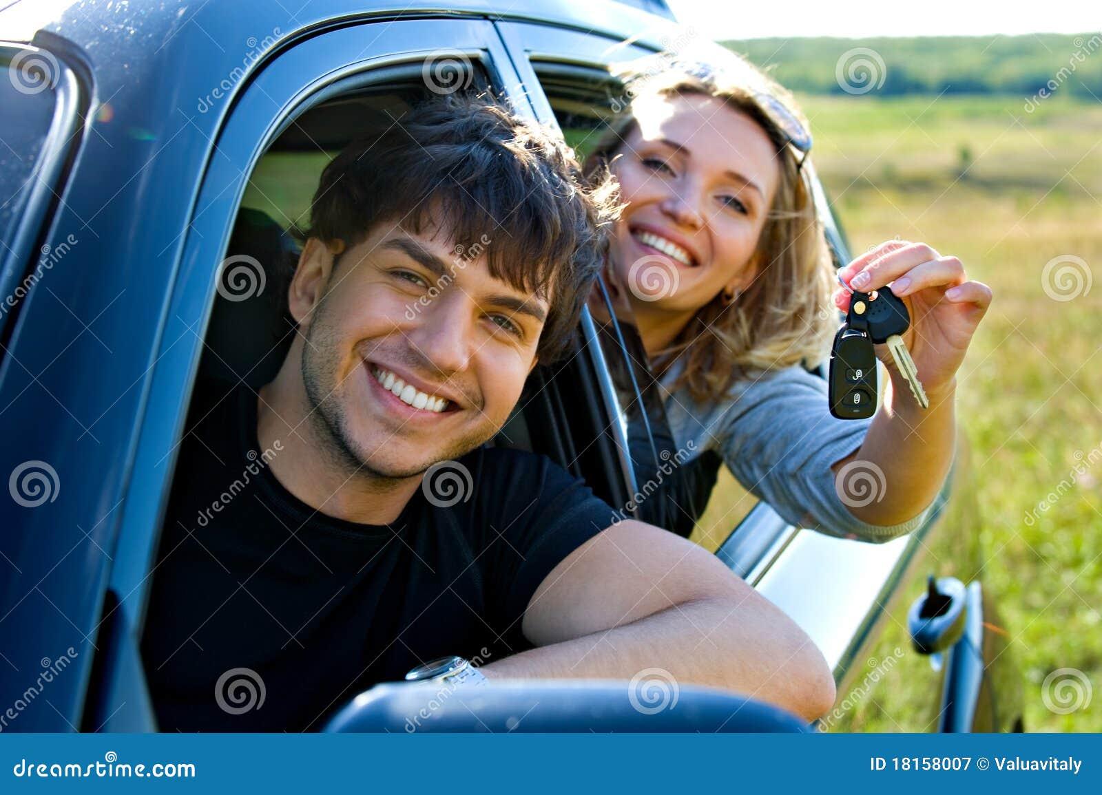 Couples heureux dans le véhicule neuf