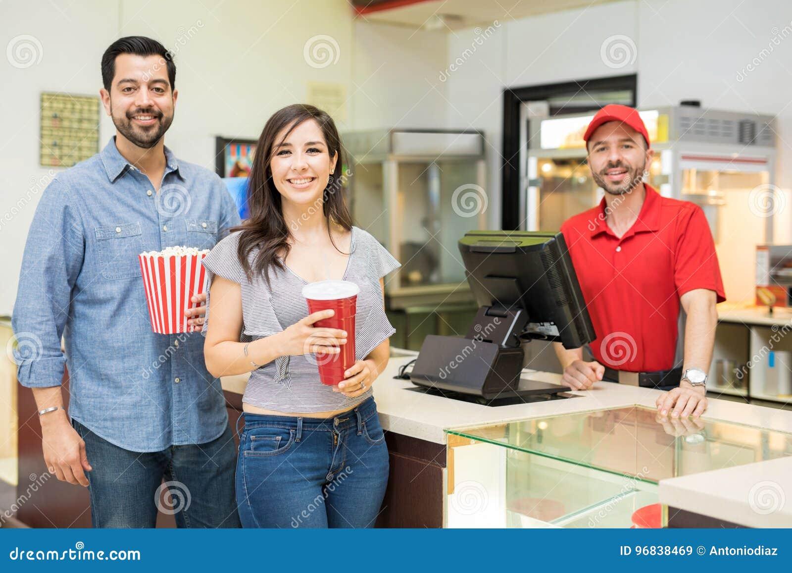 Couples heureux dans un support de concession
