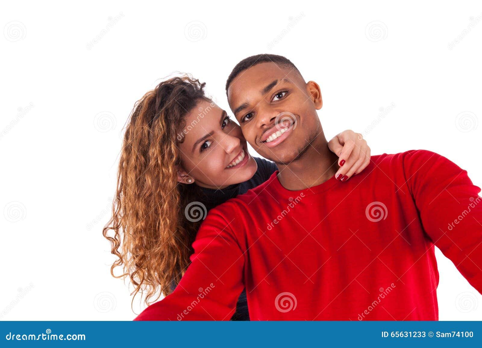 Couples heureux de métis prenant une photo de selfie au-dessus d un backg blanc