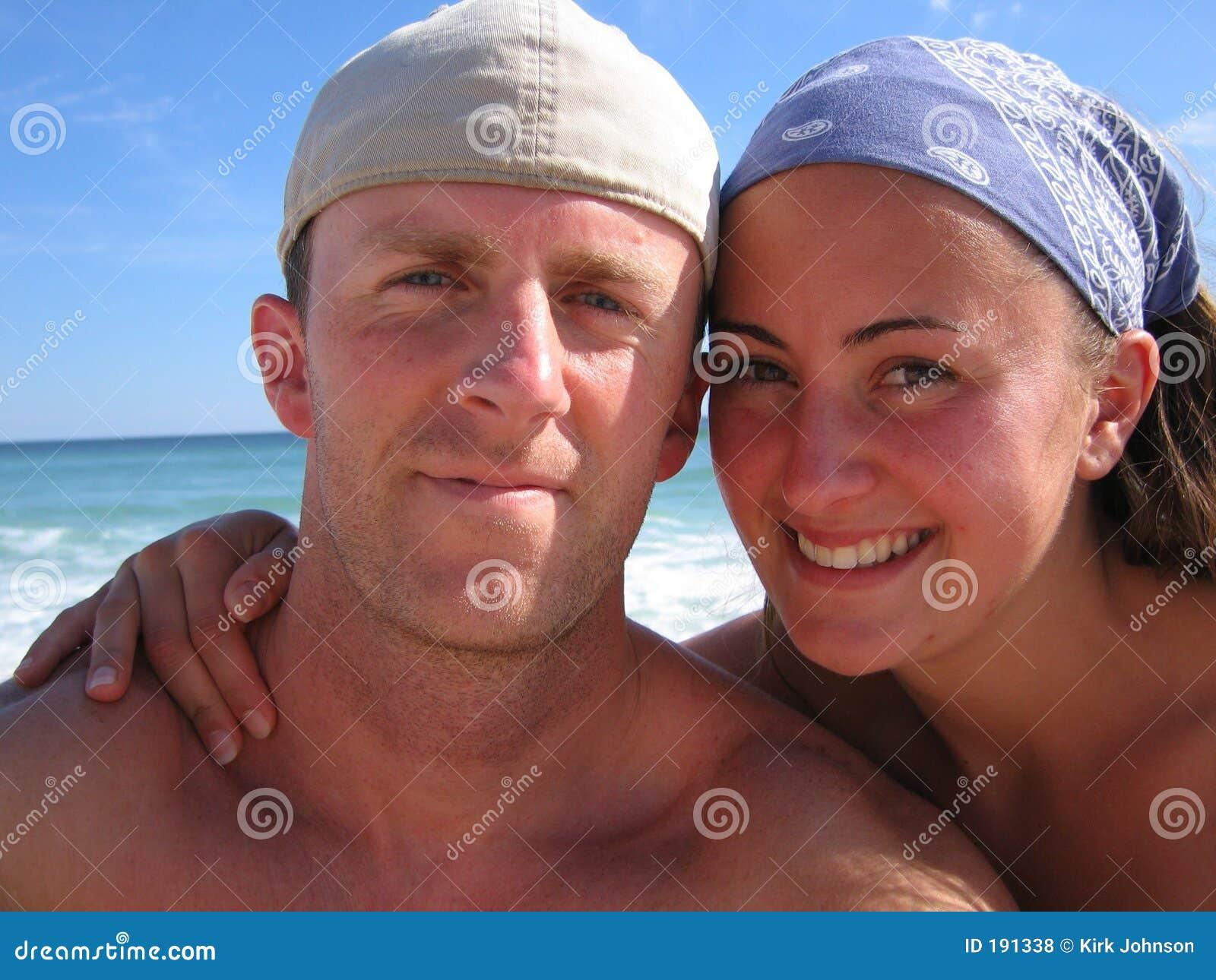 Couples heureux de mariés les jeunes