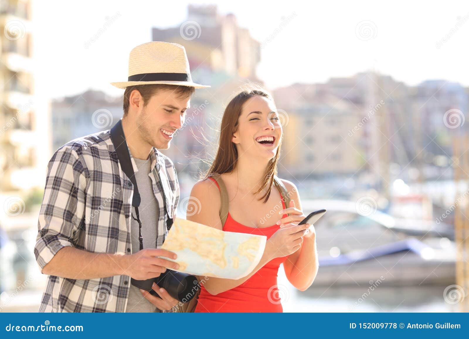 Couples heureux des touristes appréciant le voyage de vacances
