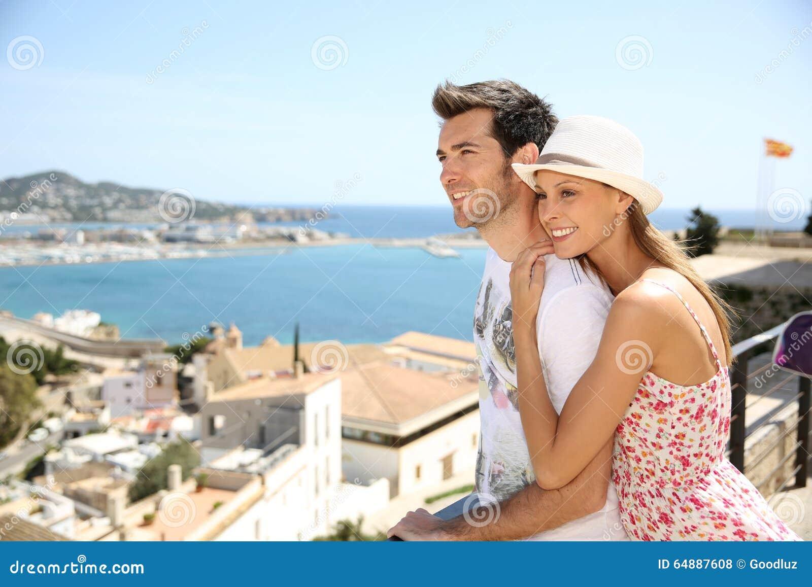 Couples heureux des touristes voyageant en île d ibiza