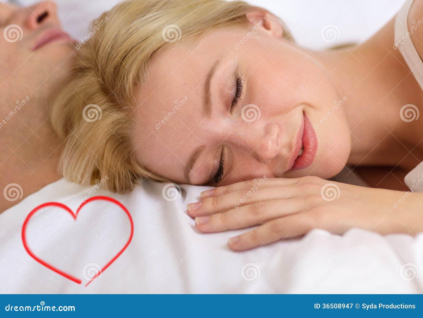Couples heureux dormant dans le lit