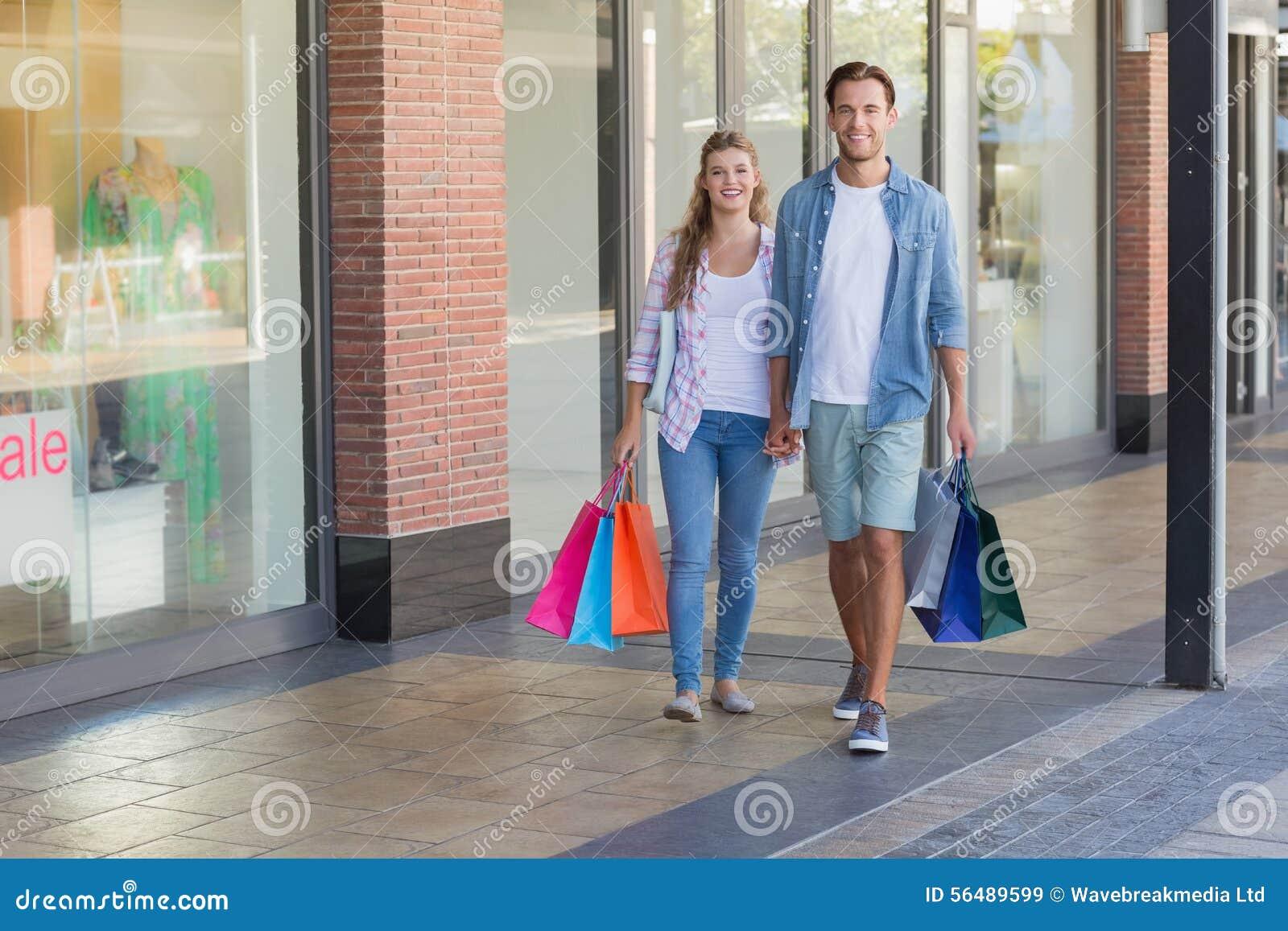 Couples heureux marchant tenant des mains