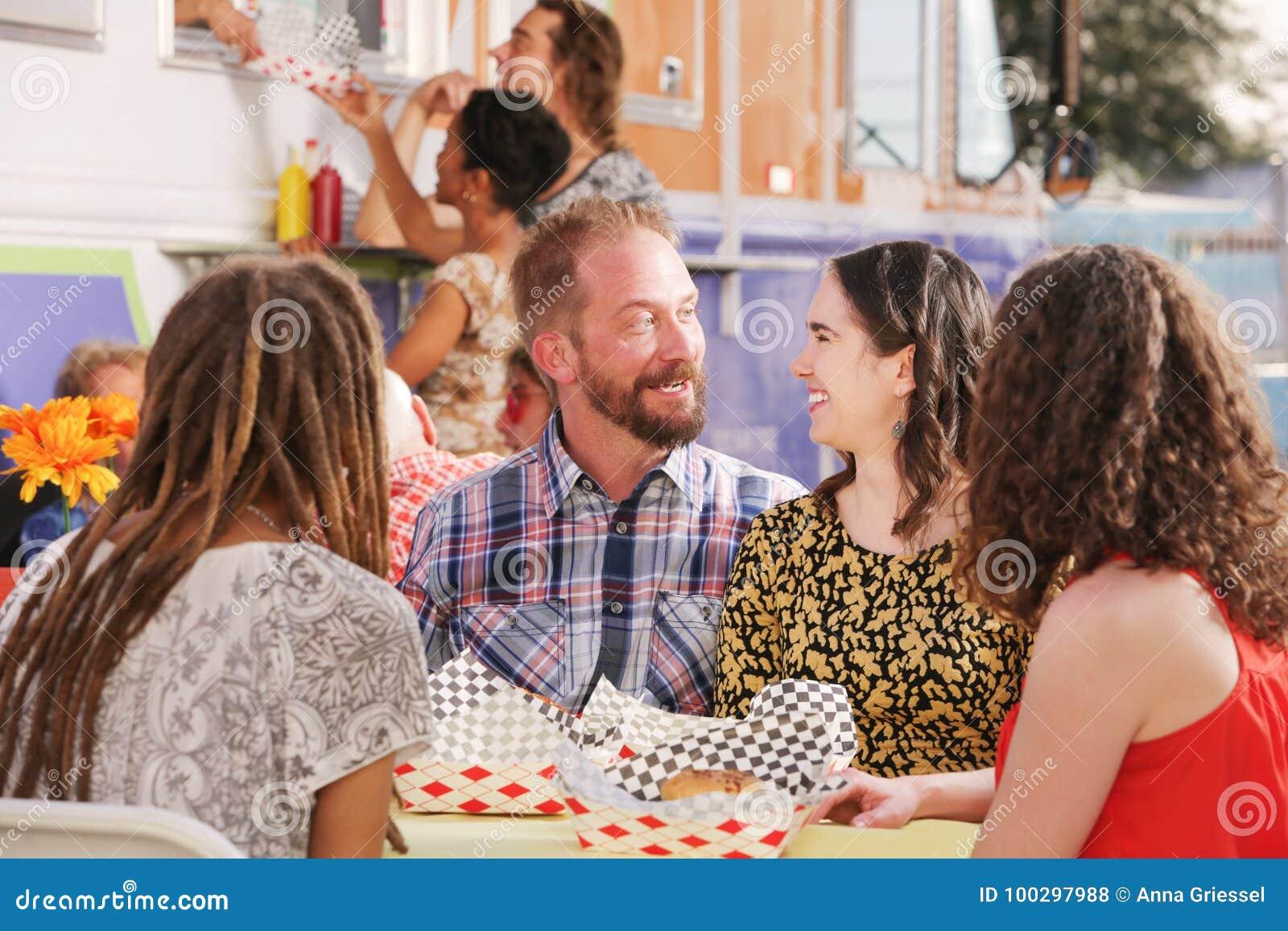 Couples heureux posés la date de déjeuner