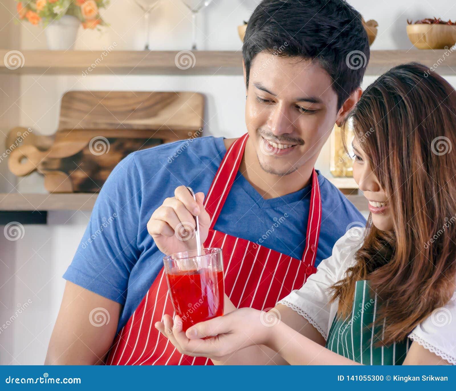 Couples heureux préparant la boisson saine
