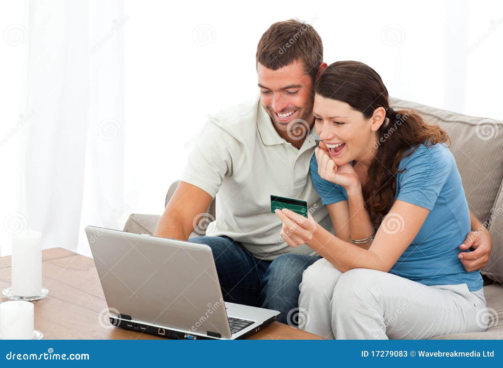 Couples heureux regardant leurs comptes en ligne