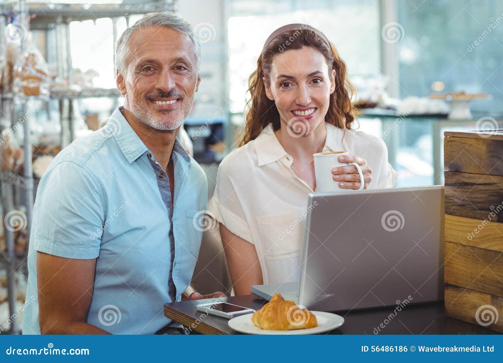 Couples heureux souriant à l appareil-photo