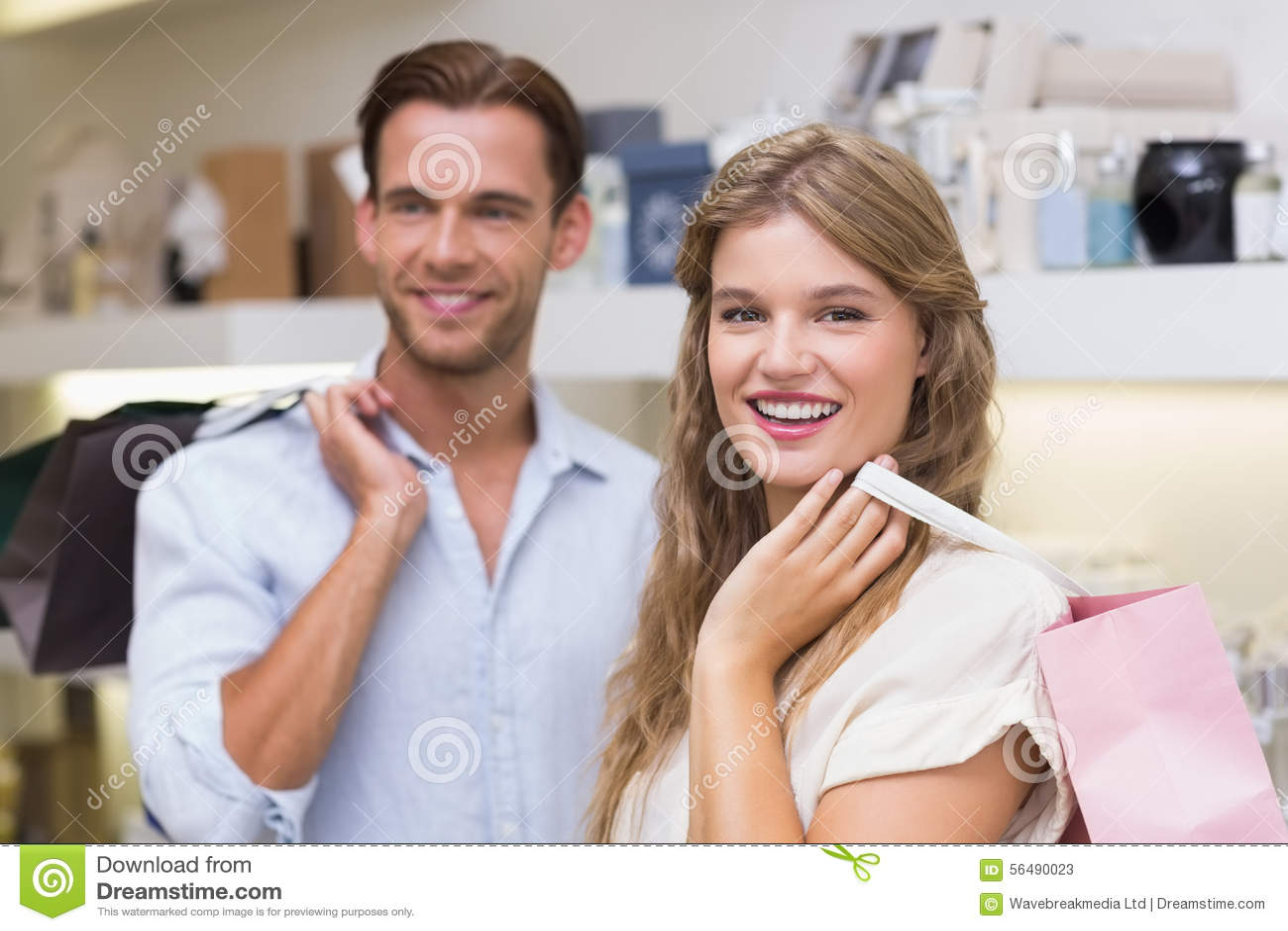 Couples heureux souriant dans un perfurmery