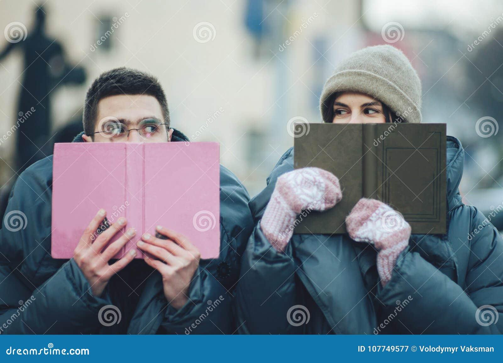 Couples heureux sur la place de ville décorée pour un marke de Noël