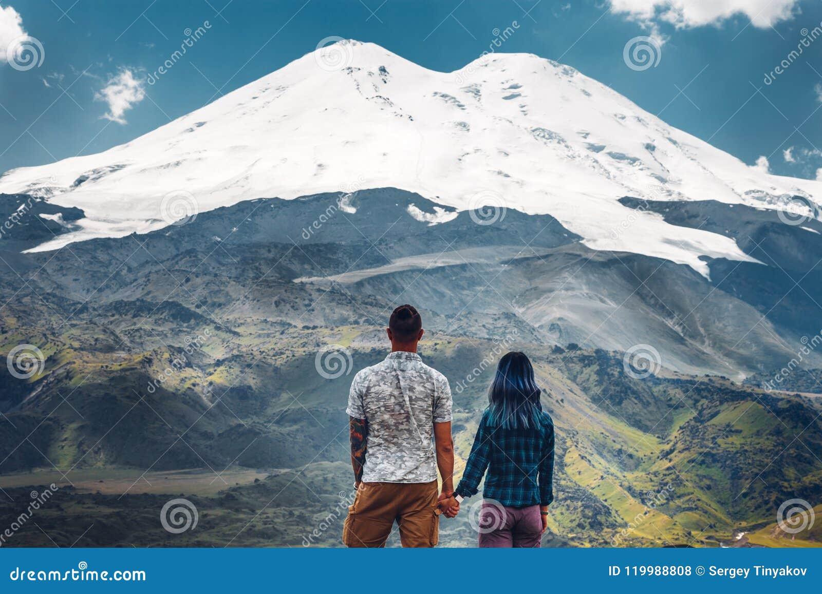 Couples heureux tenant des mains et appréciant la vue du mont Elbrouz