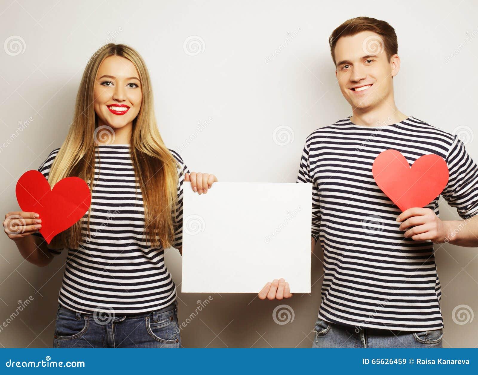 Couples heureux tenant le blanc blanc