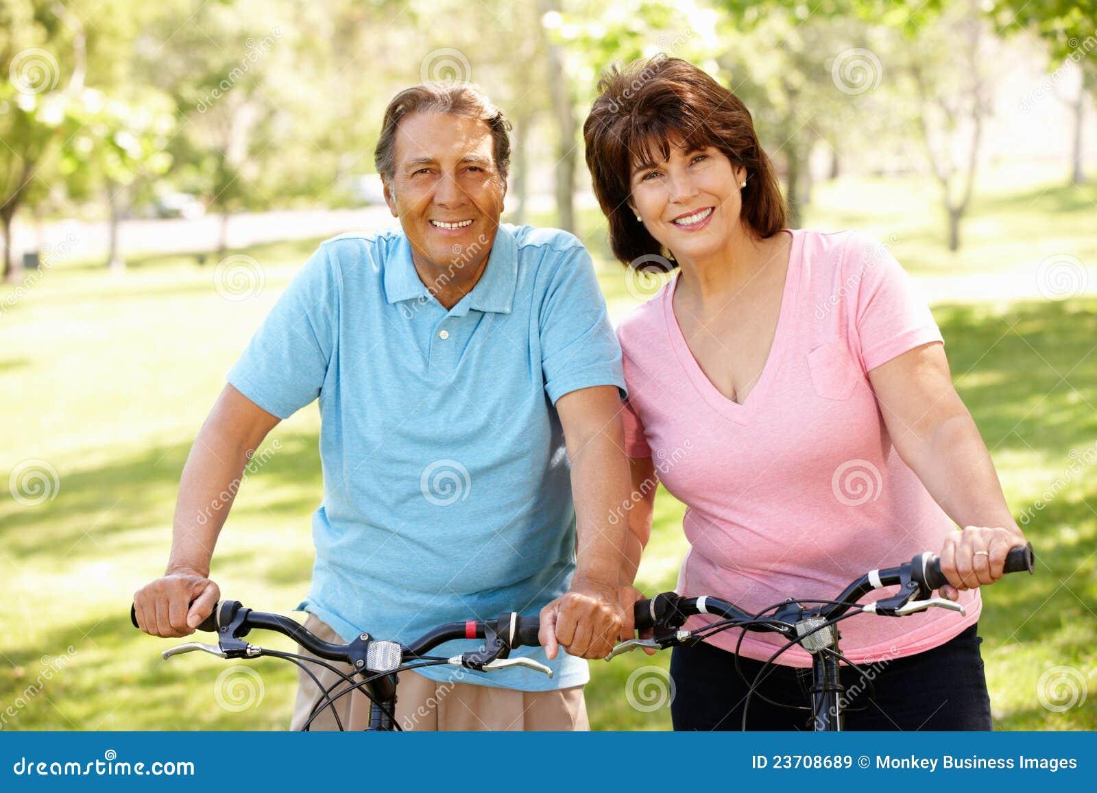 Couples hispaniques aînés sur des vélos