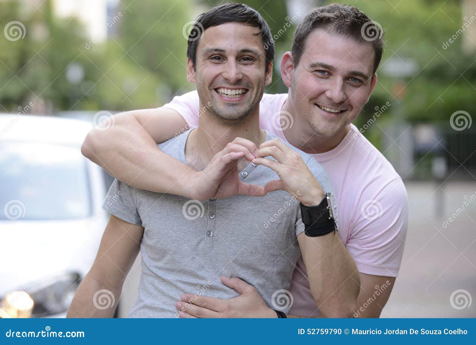 Couples homosexuels heureux à l extérieur
