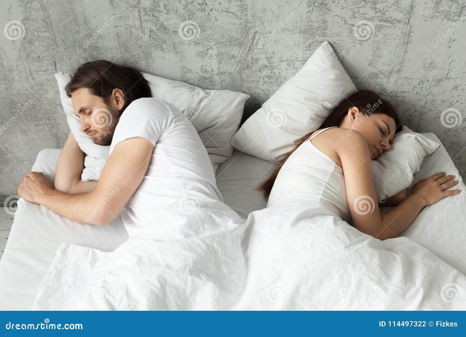 Couples indifférents malheureux dormant séparément de nouveau au dos à b