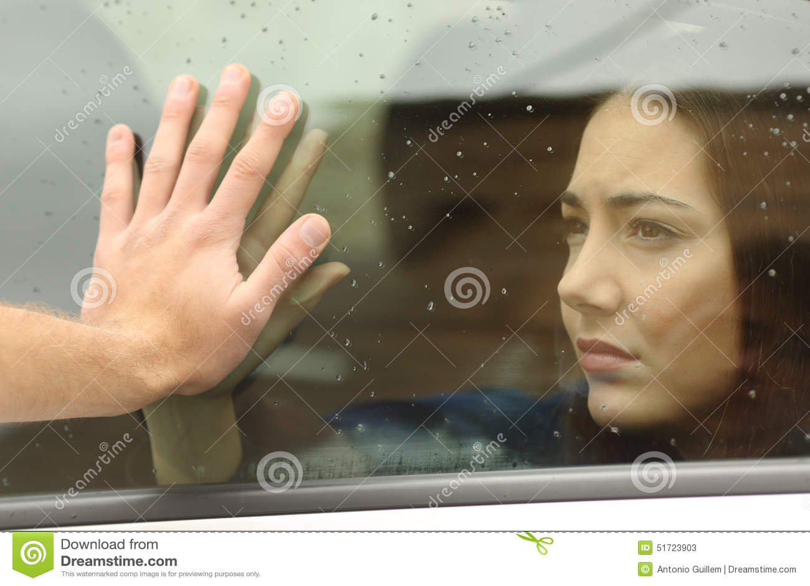 Couples indiquant au revoir avant trajet en voiture