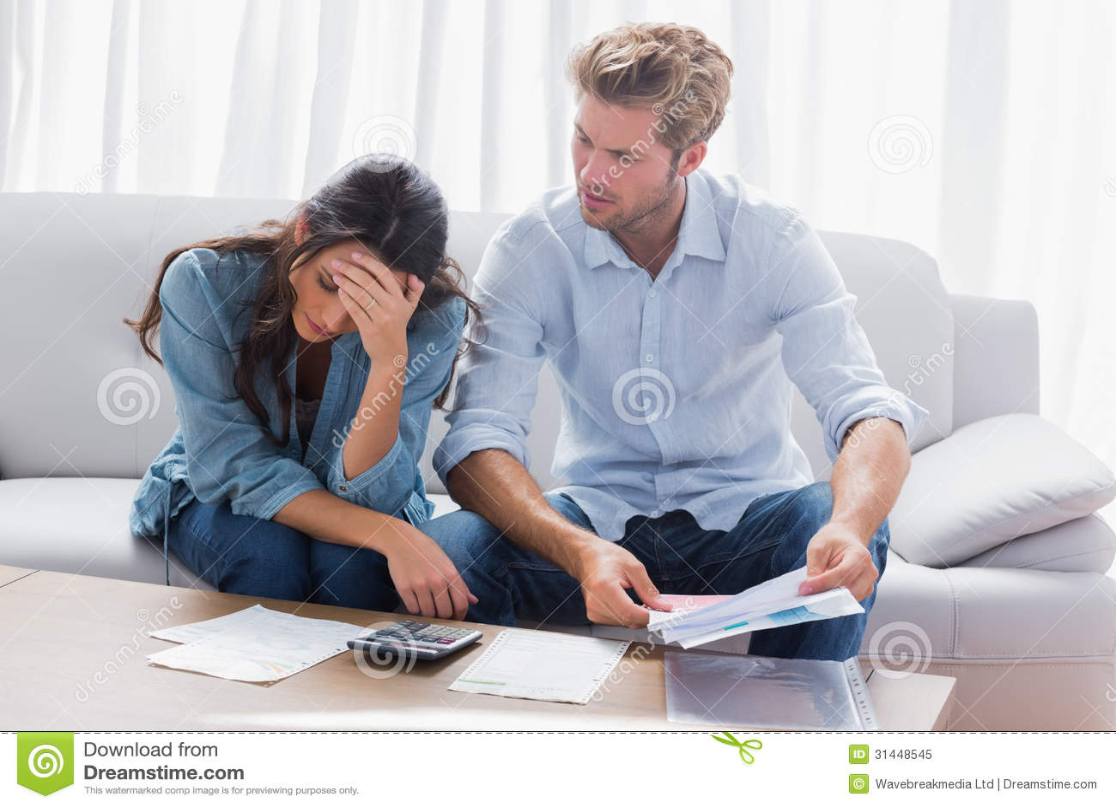 Couples inquiétés faisant leurs comptes