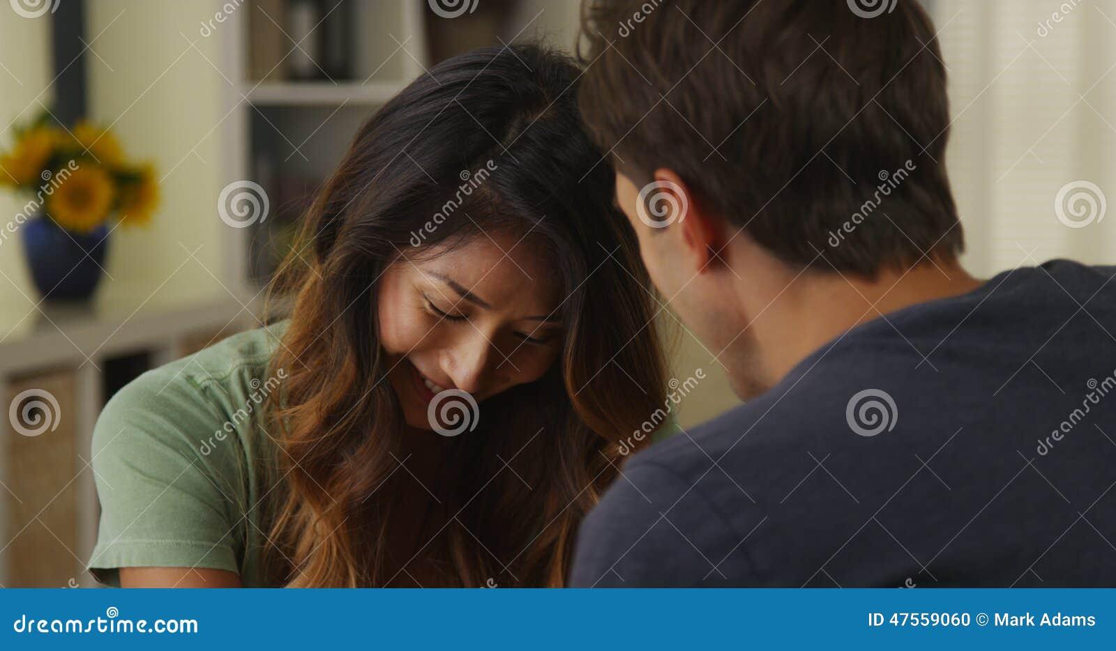 Couples interraciaux parlant et écoutant à la maison