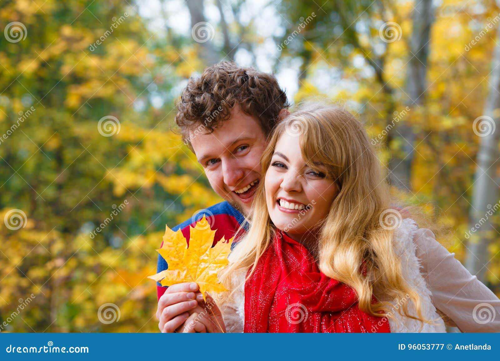 Couples jouant avec la feuille en parc d automne