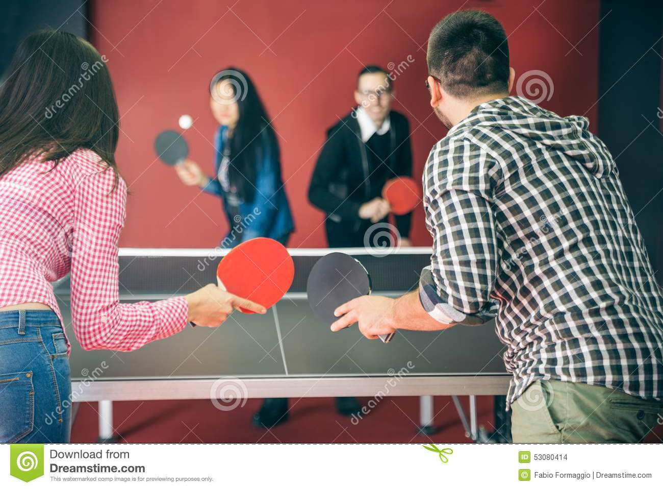 Couples jouant le ping-pong