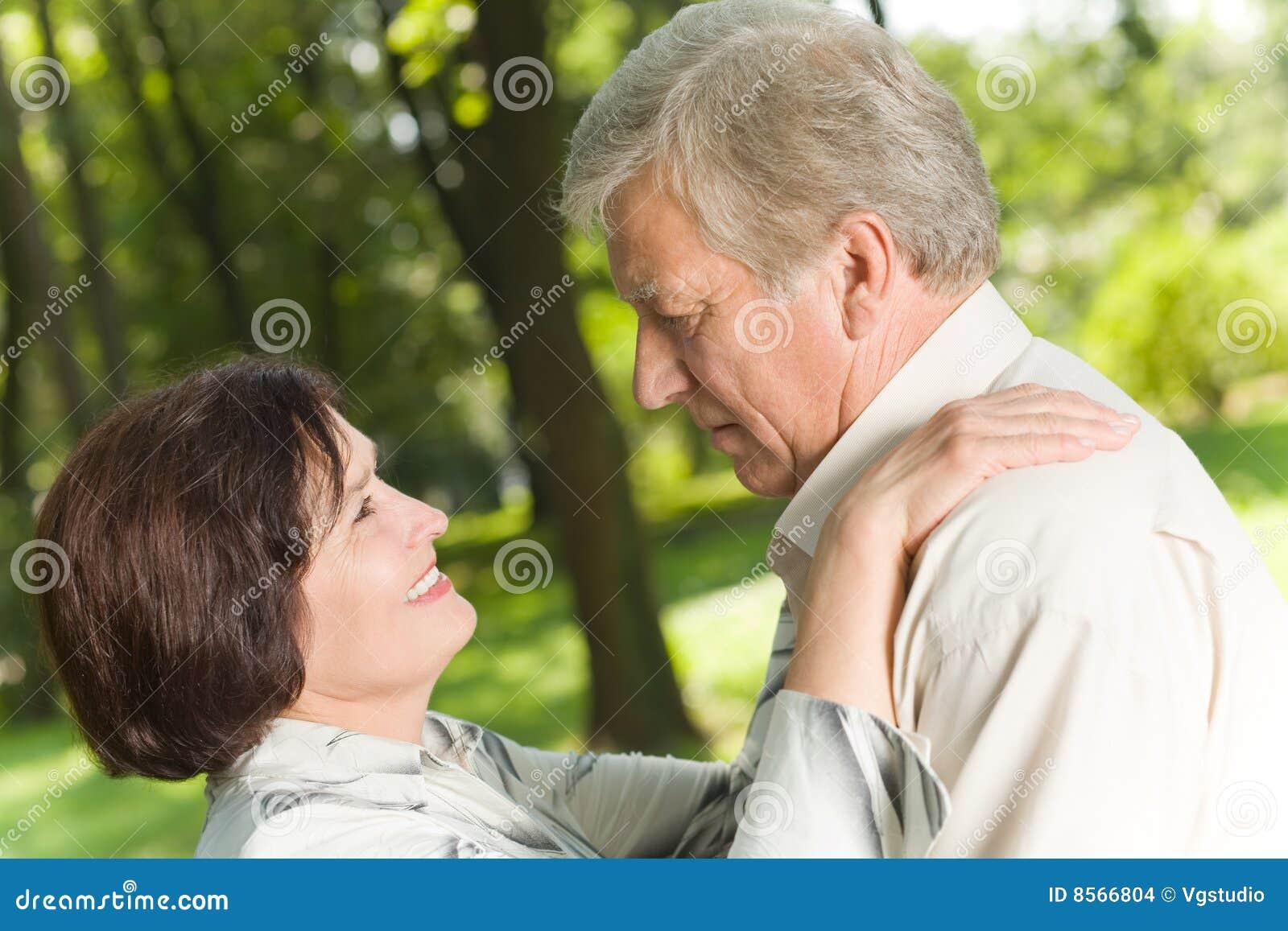 Couples mûrs à l extérieur