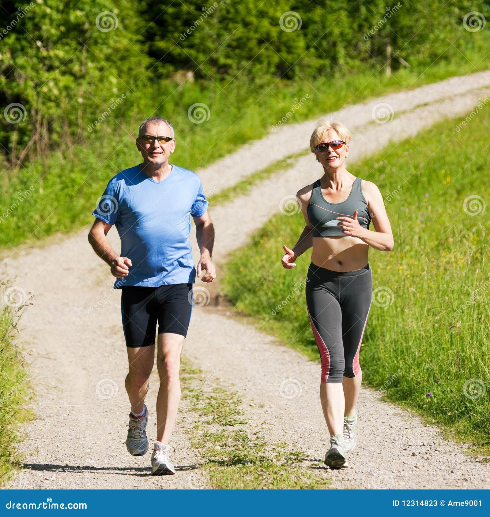 Couples mûrs faisant le sport - courant