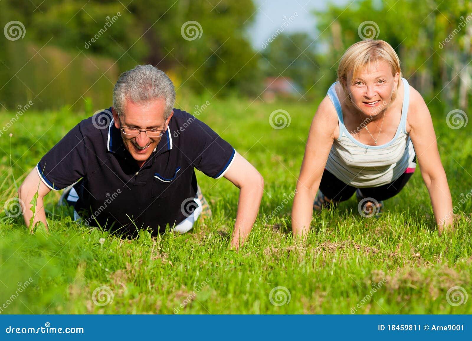Couples mûrs faisant le sport - pousées