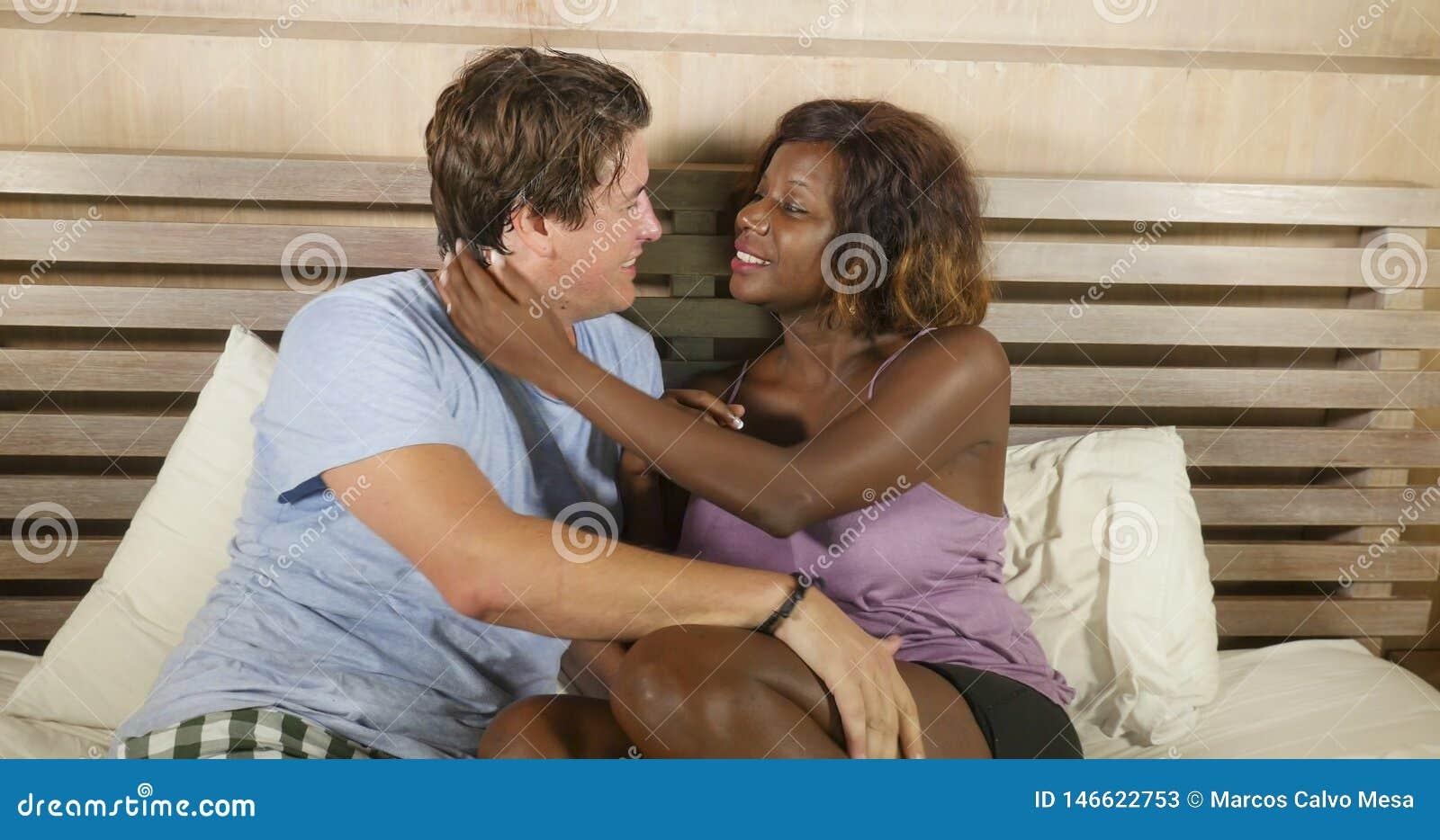 Couples m?lang?s d appartenance ethnique dans l amour caressant ensemble ? la maison dans le lit avec la belle amie ou ?pouse afr