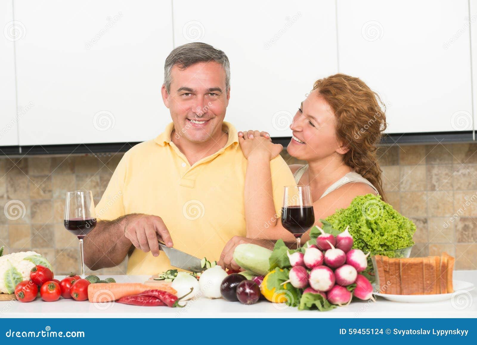 Couples m rs dans la cuisine photo stock image 59455124 - Couple faisant l amour dans la cuisine ...