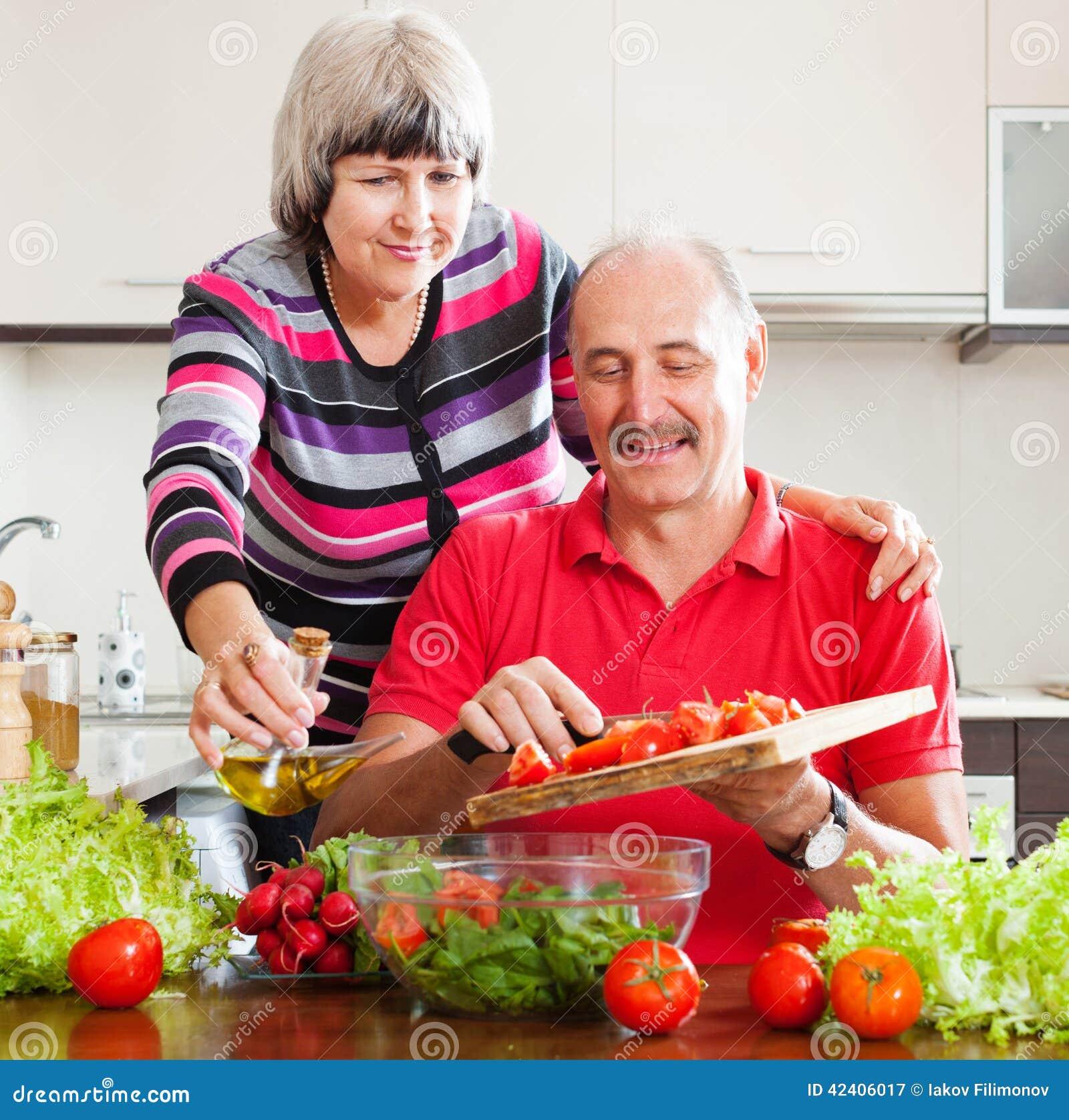 Couples mûrs faisant cuire ensemble