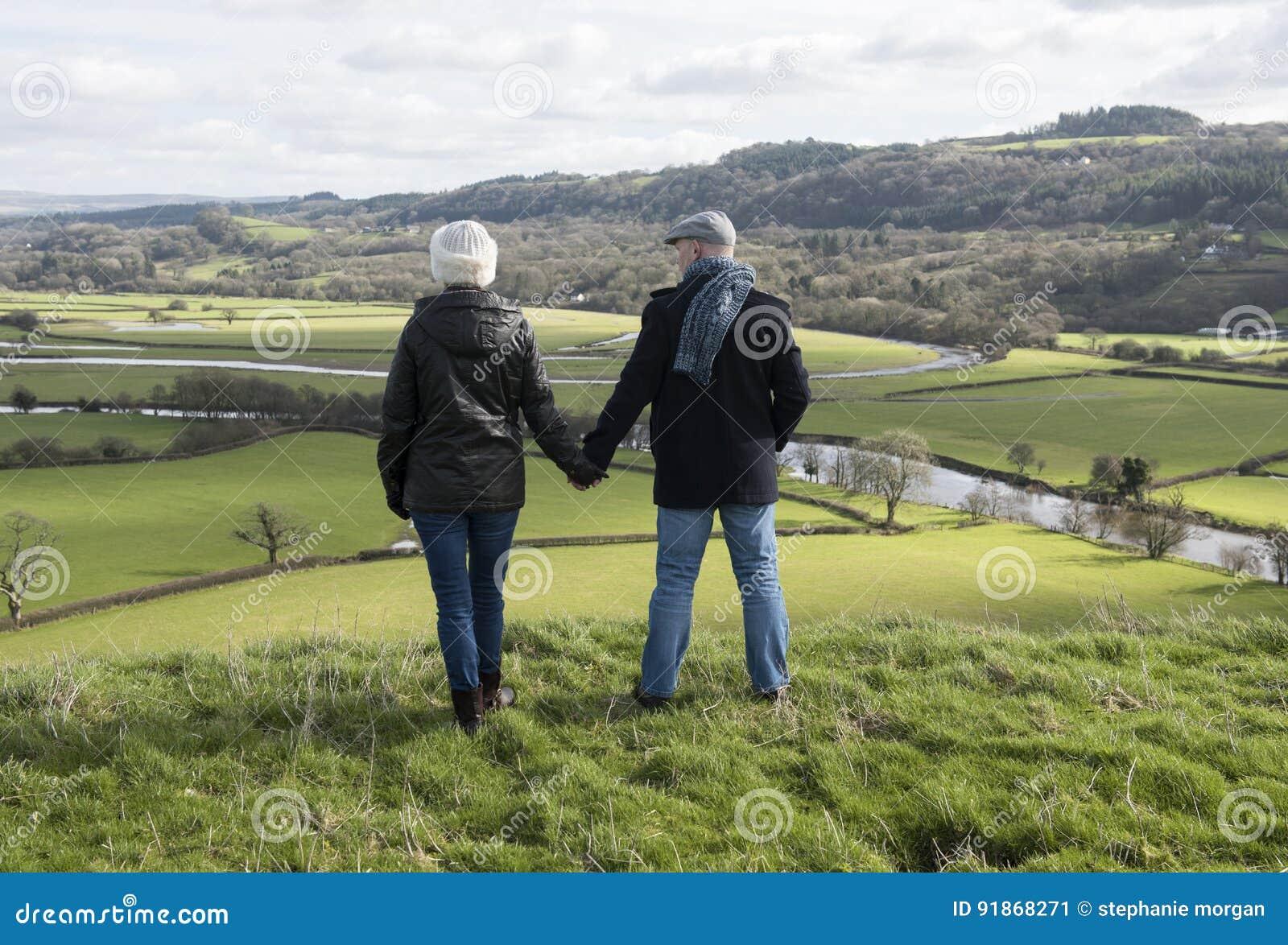 Couples mûrs heureux à l extérieur
