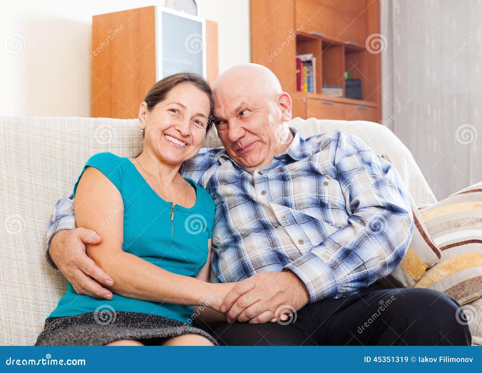 Couples mûrs heureux détendant ensemble