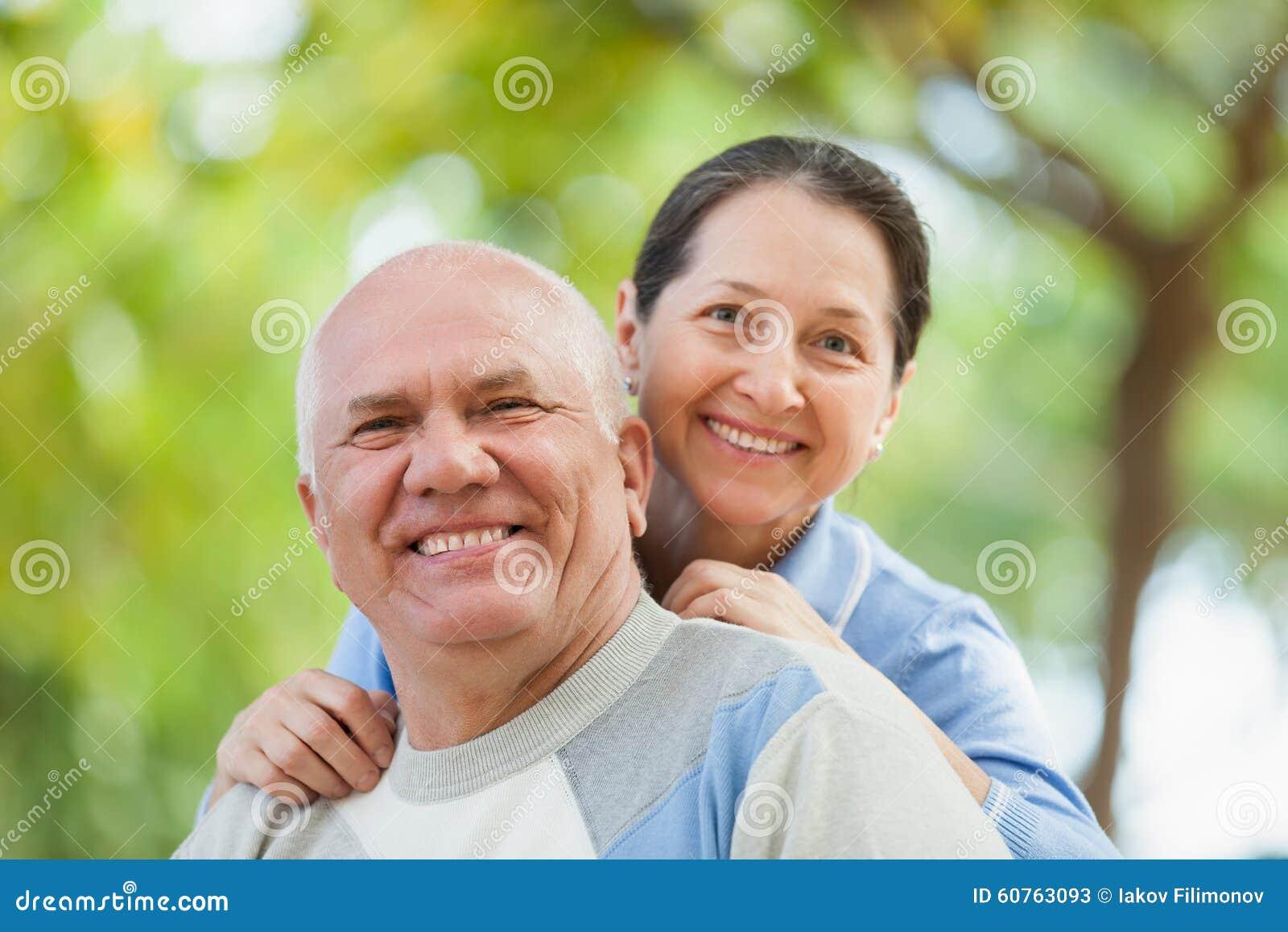 Couples mûrs heureux ensemble en parc d automne