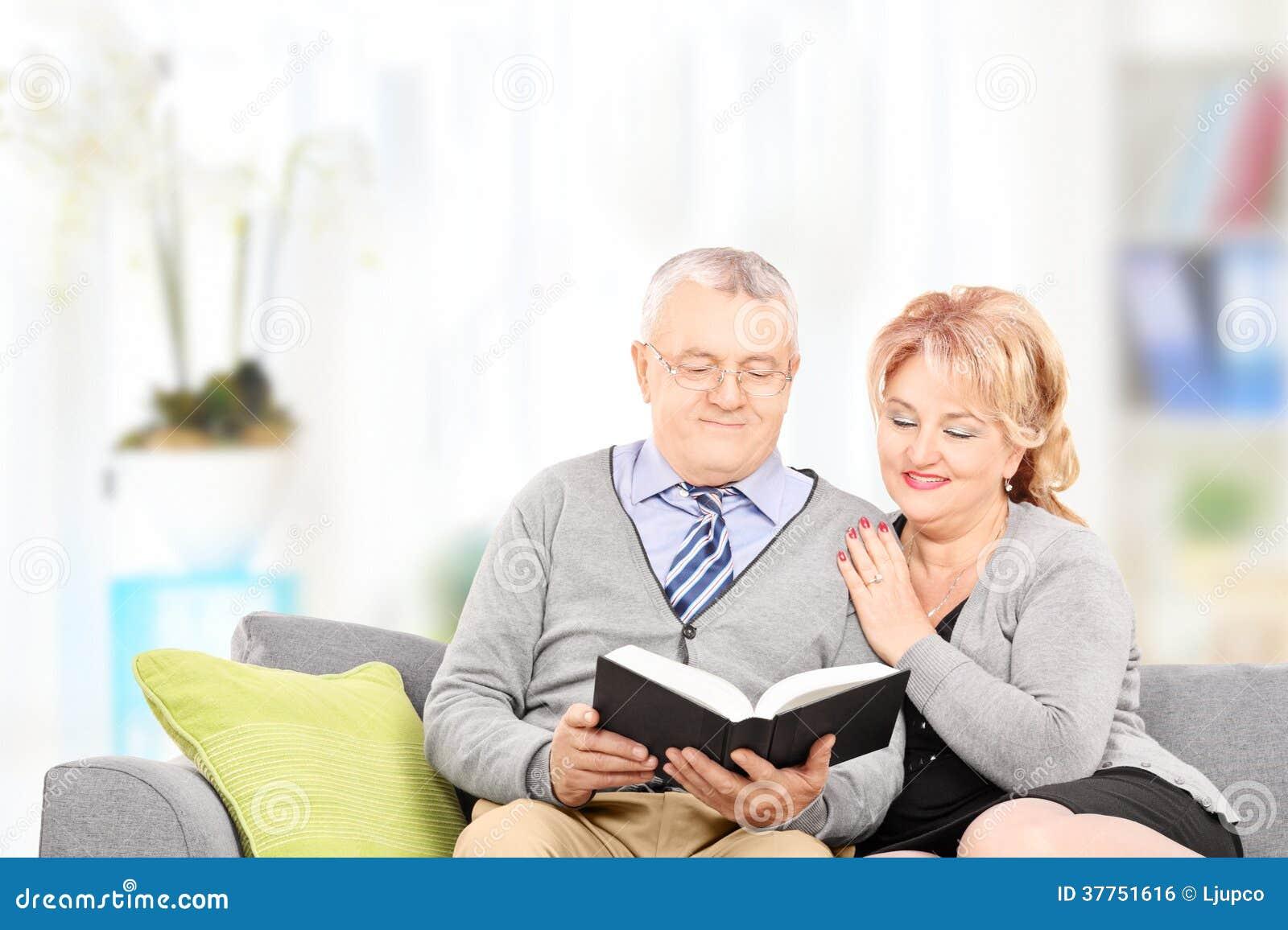Différence entre les générations  Couples-m-rs-lisant-un-livre-pos-sur-le-divan-37751616