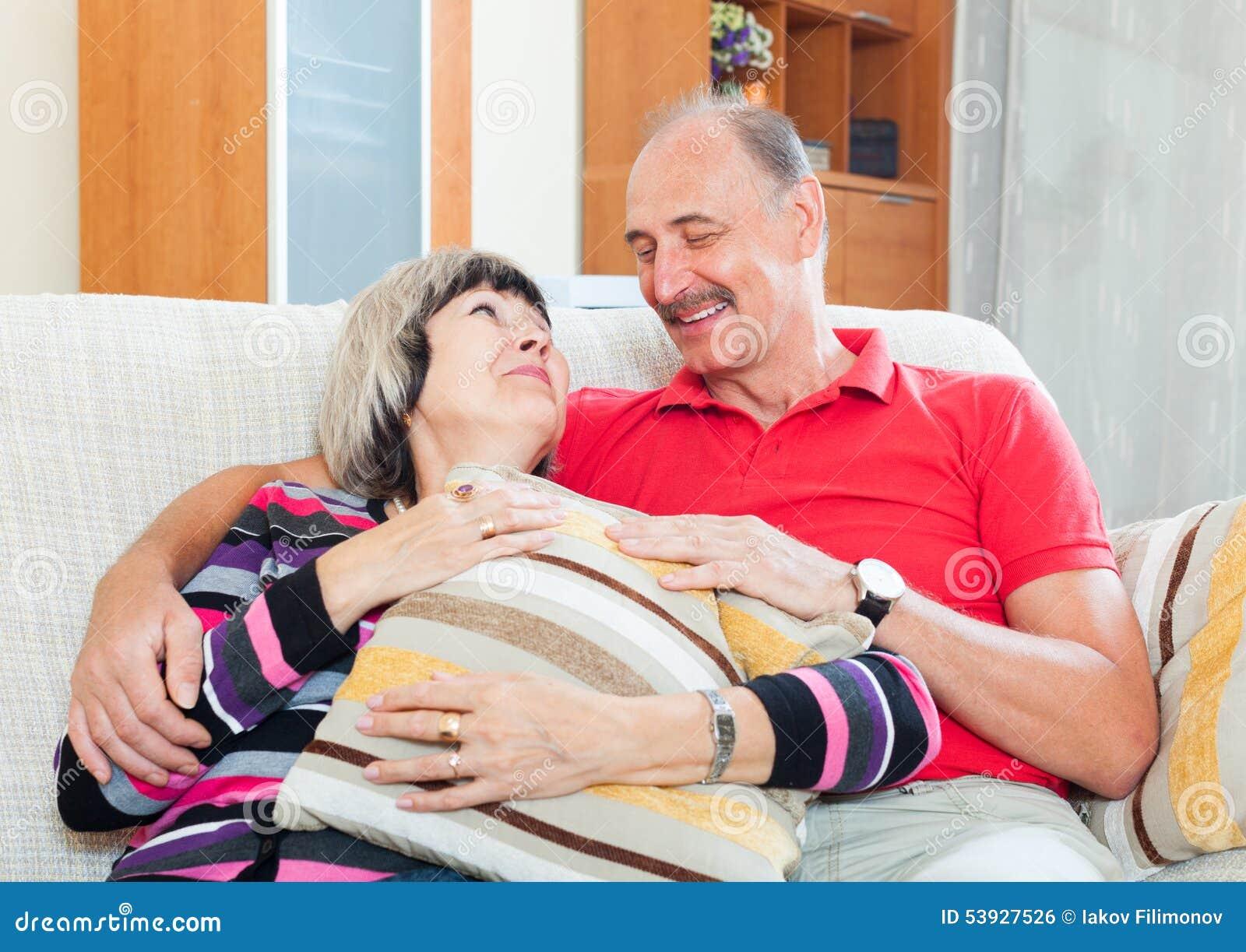 Couples mûrs ordinaires ensemble