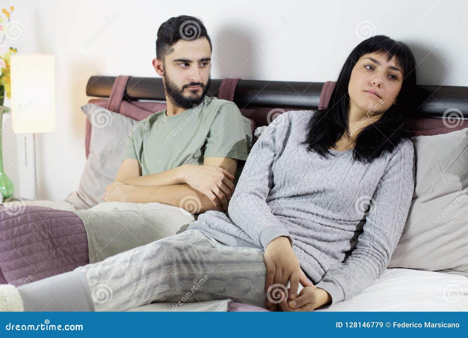 Couples malheureux dans le combat de lit triste