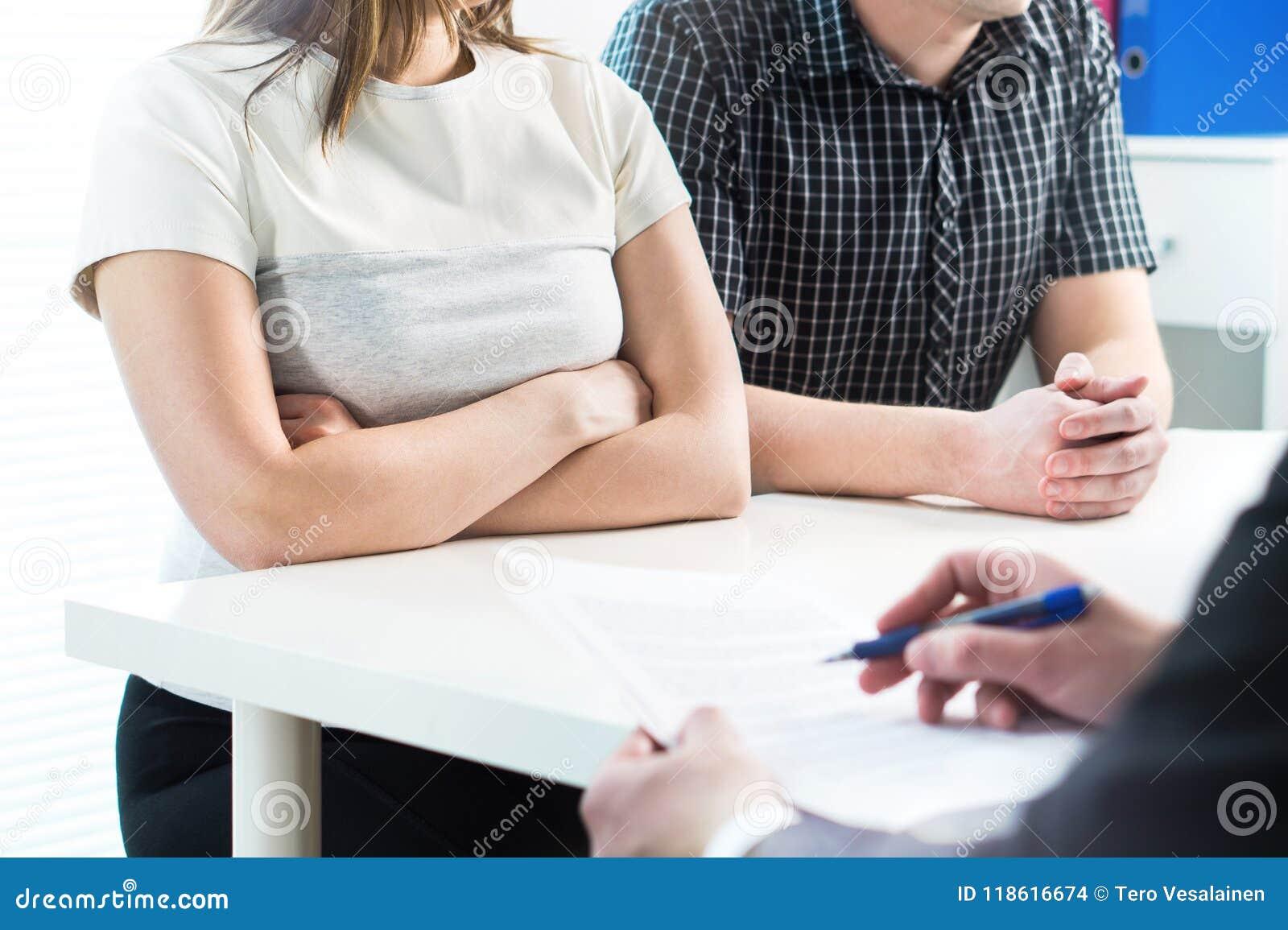 Couples malheureux lors de la réunion avec le thérapeute, psychologue