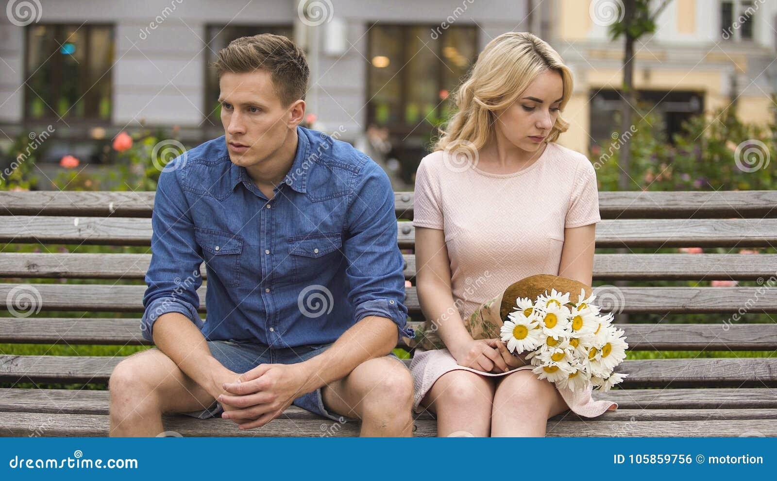 Couples malheureux se reposant après combat, fille avec des fleurs, problème dans les relations