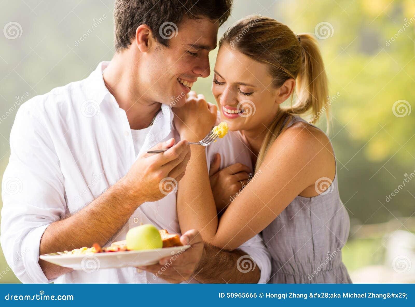 Couples mangeant le déjeuner