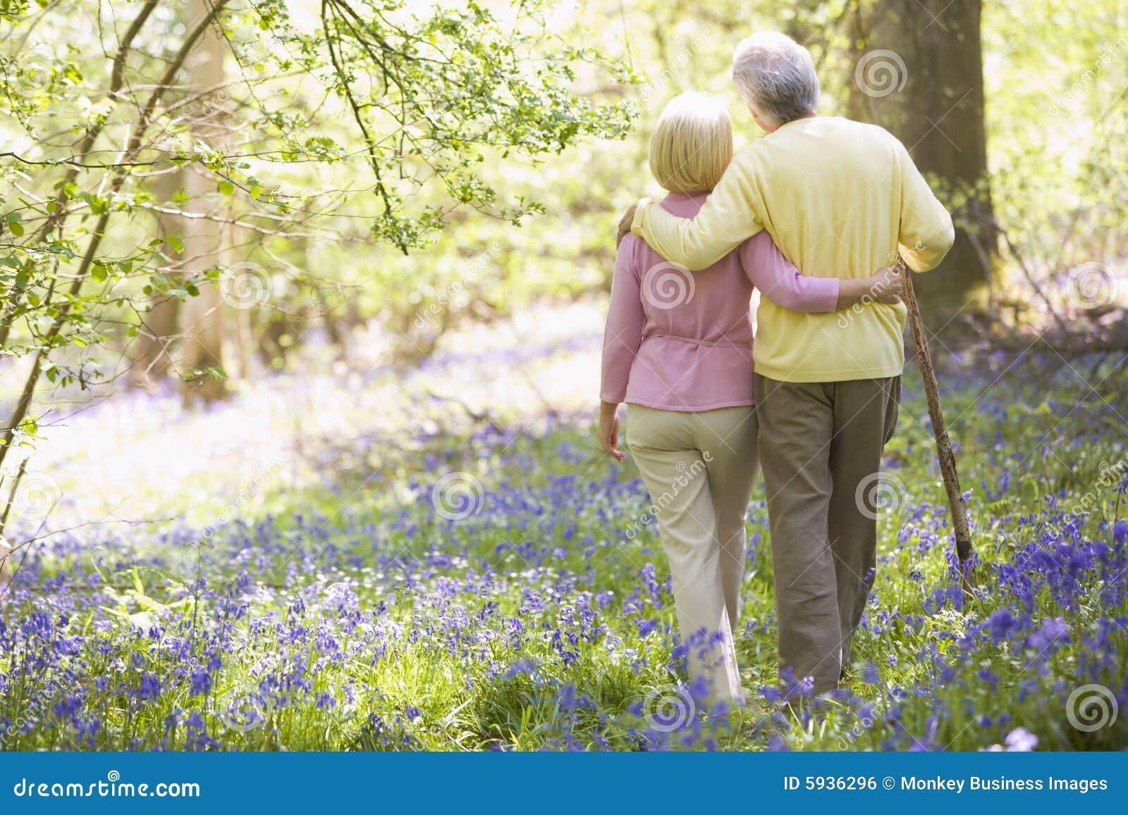 Couples marchant à l extérieur avec le bâton de marche