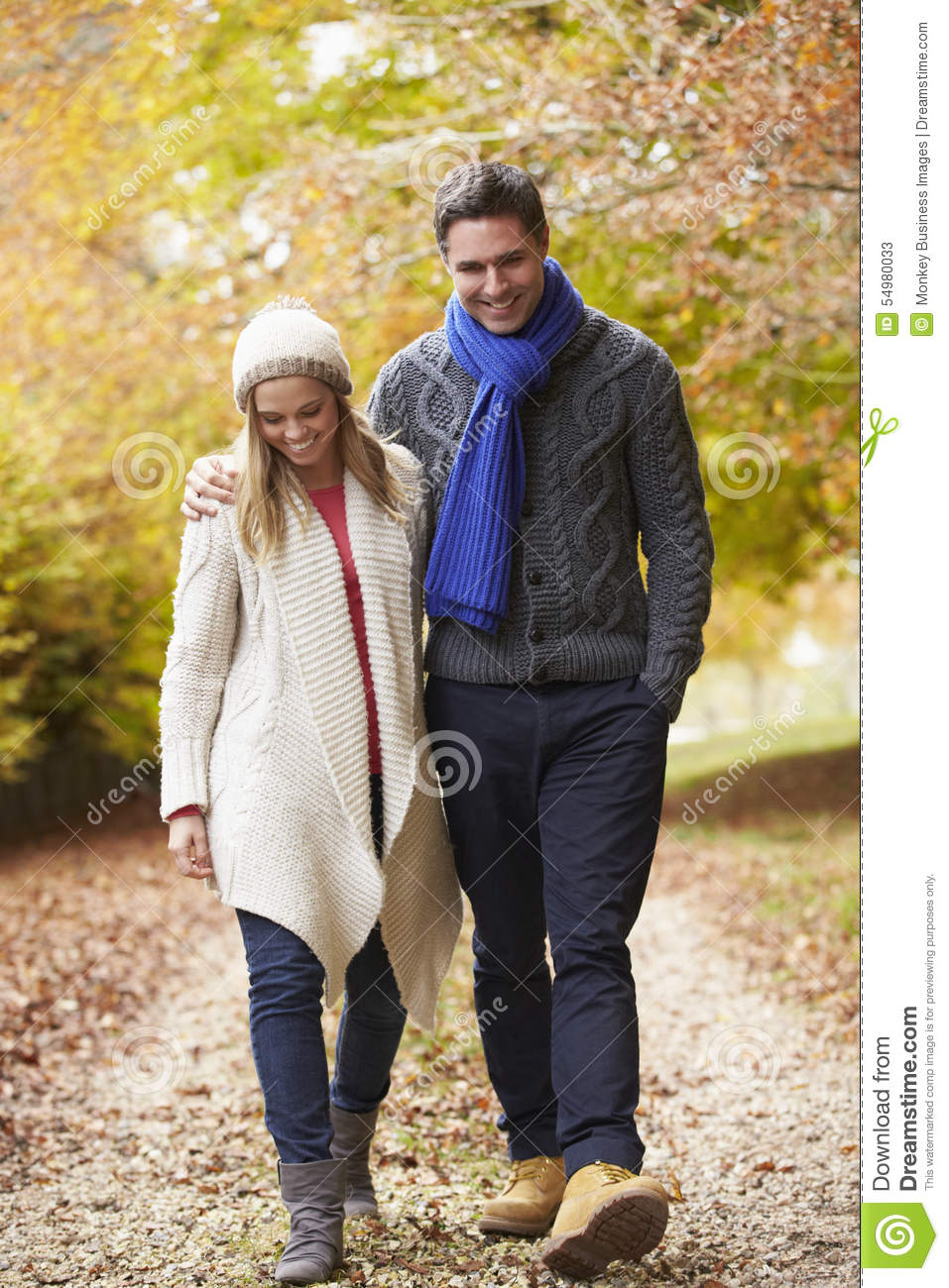 Couples marchant le long d Autumn Path