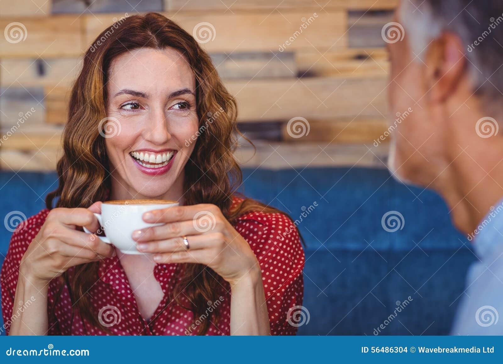 Couples mignons ayant le café ensemble