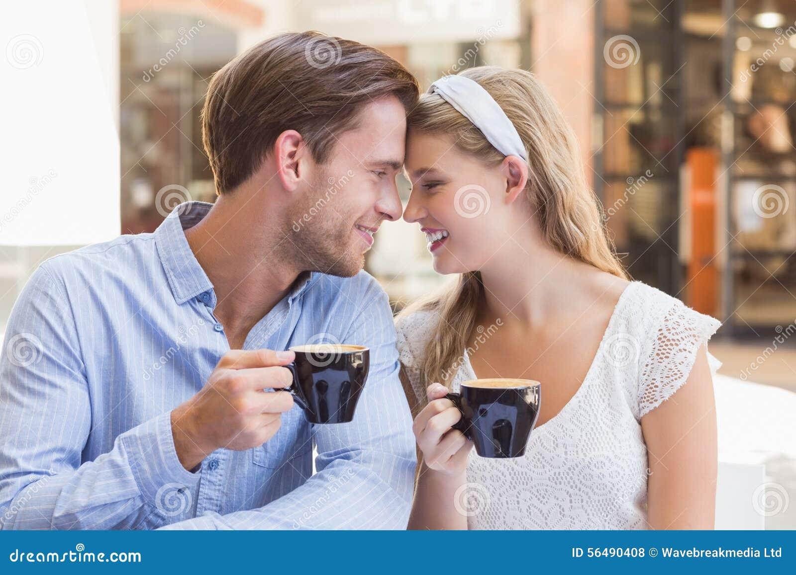 Couples mignons buvant d un café ensemble